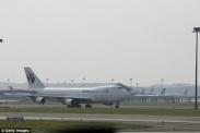 Máy bay Malaysia Airlines hạ cánh khẩn cấp vì khách chuyển dạ vé máy bay đi Malaysia